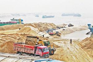 忙碌的采砂场。记者 漠风 摄