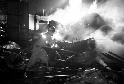 消防员正在现场灭火