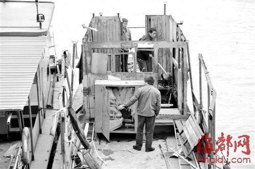 船上一个铁皮柜内,放着好多救生衣,但事发时没用上
