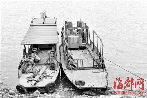 出事铁壳船被打捞起来后,停在附近江边,它原本与旁边那艘船(左)一模一样,但事发时船顶被大风掀掉