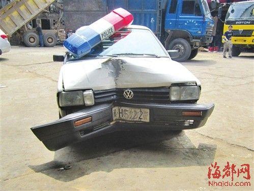 警车车头凹陷得很厉害,当时开车的民警受了重伤