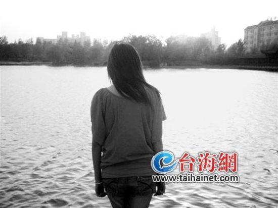 夕阳下,遇到类似困扰的长汀姑娘小叶,站在江边发呆