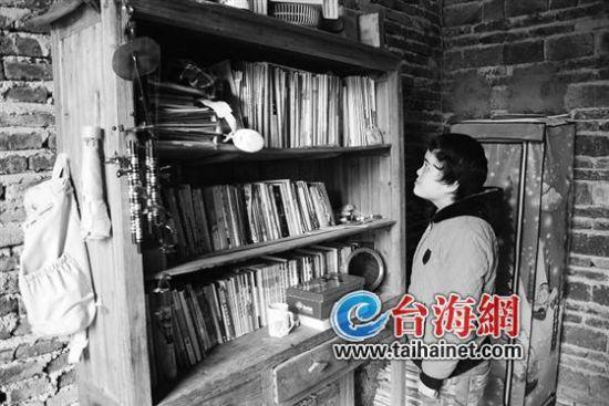 站在书架前,望着曾经读过的书,钟燕倩不禁黯然