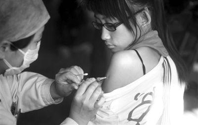 2009年10月,垂杨柳中学一名女生在接种甲型H1N1流感疫苗。昨日卫计委称,国内外尚无H7N9疫苗。新京报资料图 薛珺 摄