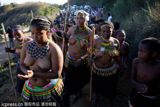 探秘南非祖鲁族:男人跳战舞处女露酥胸(组图)