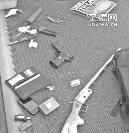 犯罪嫌疑人使用的枪支、刀具。