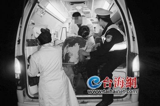 几天前,事发厦蓉高速龙岩路段,图为黄敏(右一)扶着伤者