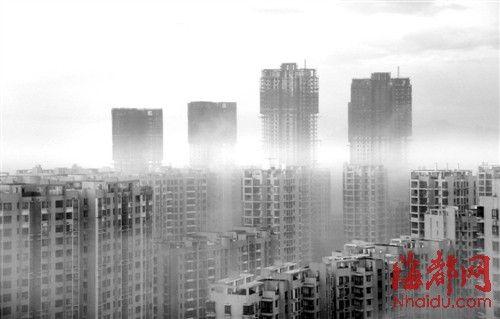 昨日清晨六点,阳光驱散乌云,福州笼罩在大雾中,仿佛海市蜃楼