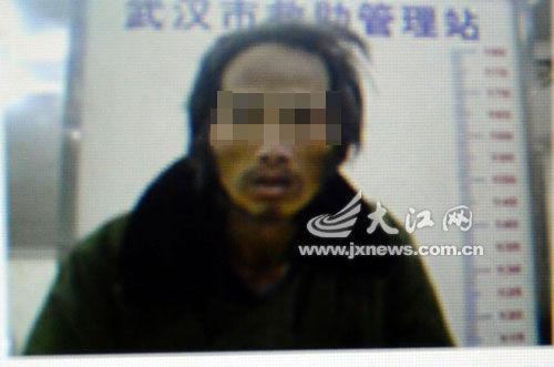 朱景流落武汉时的照片(记者翻拍)