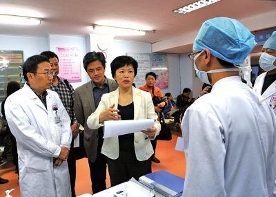 省卫生厅厅长朱淑芳、副厅长阮诗玮等在省立医院急救中心门诊发热预检分诊处了解人感染H7N9禽流感防控情况