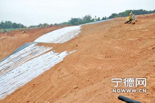 市区垃圾填埋场覆土工程正在施工。