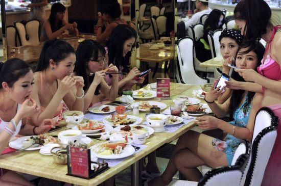 长沙一餐厅女服务员穿比基尼上班雷倒顾客(组图)