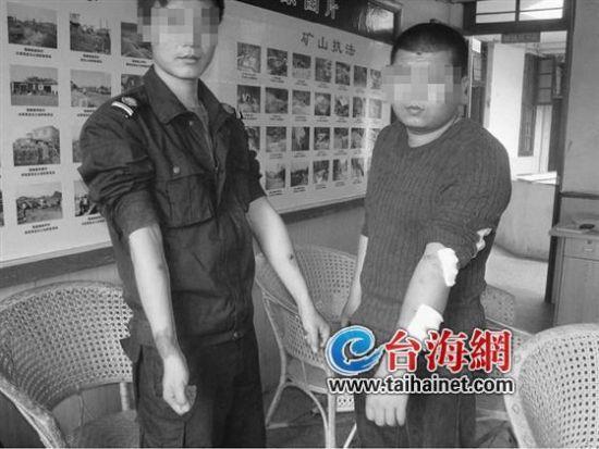 两名受伤的执法队员