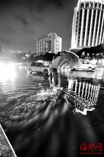 汽车北站前公交车站积水,市民趟水而过