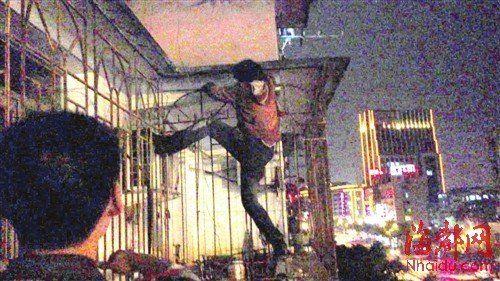 女子与民警僵持了一个多小时,才从防盗网上下来