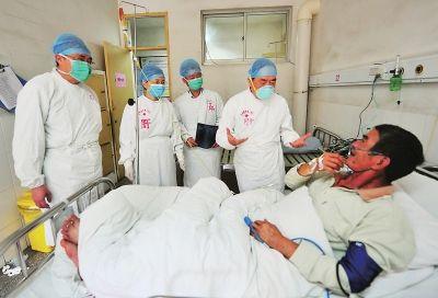 4月27日,在福建龙岩市第二医院,专家对感染H7N9禽流感的患者罗某进行联合会诊。 新华社文/图