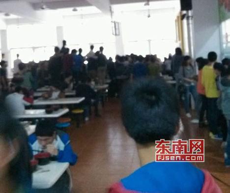 围观学生拍下当时三名学生和食堂工作人员发生拉扯的场景