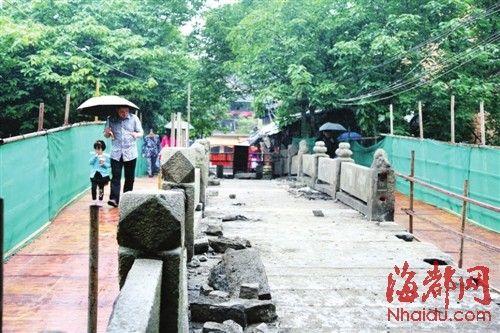 桥的两侧架起施工栈桥,供市民通行