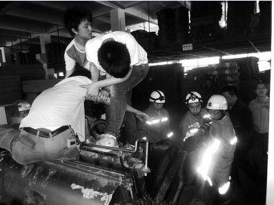 消防人员正在进行破拆机器