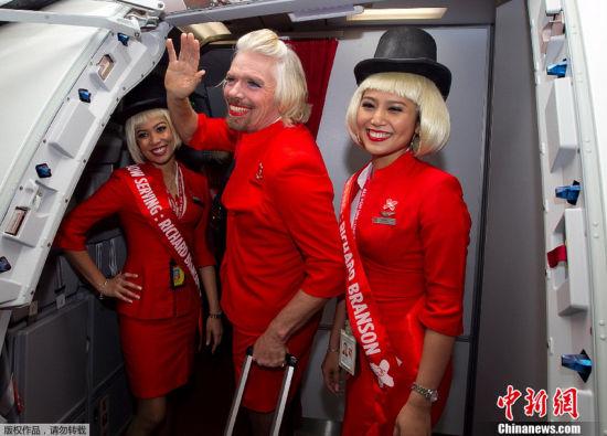 组图:英国亿万富翁愿赌服输扮空姐上演制服诱惑