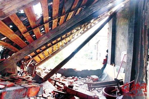 违建的后院被砸得乱七八糟,屋主的衣服等被掩埋