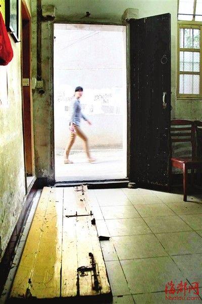 房主家的门板被推倒在地