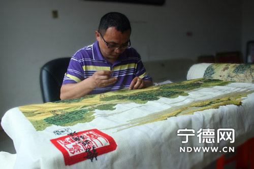 陈幼昆利用空余时间精心刺绣《清明上河图》。