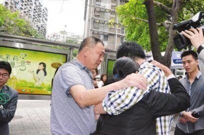 5月9日,罗刚见到亲人,一家人相拥而泣