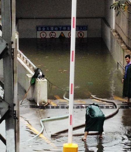 连夜暴雨 厦门多个路段严重积水