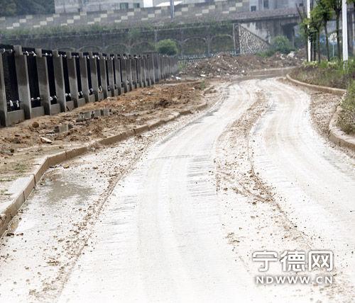 非机动车道上满是泥土。