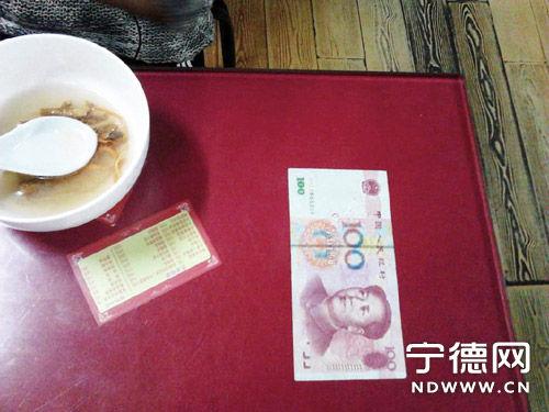 小吃店连收百元假钞 店老板压餐桌当警醒
