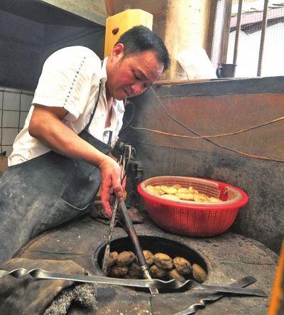 郑师傅在烤葱饼