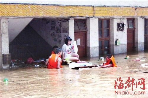 消防官兵用简易木筏救出受困群众