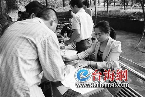 ◆一名残疾人在填写个人信息