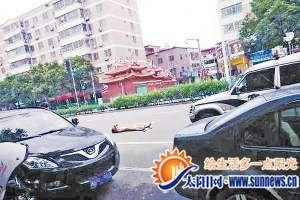 裸男打滚吓跑过路司机