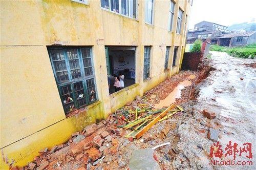 教学楼后方的围墙坍塌,墙体砸入教室