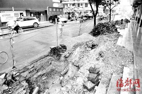 人行道被开挖,行人只好在机动车道上通行
