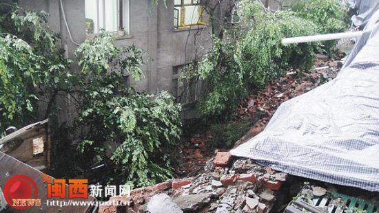 岩城一居民区内护坡坍塌 50余居民被迫离家