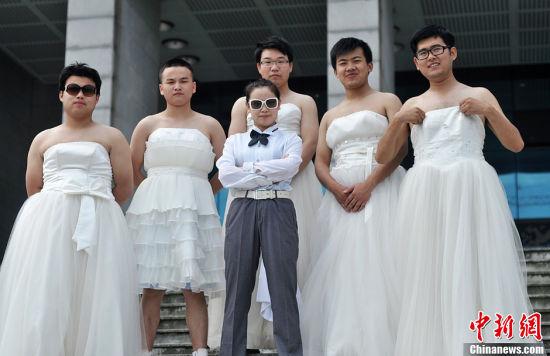组图:湖南高校另类毕业照女扮新郎男扮新娘