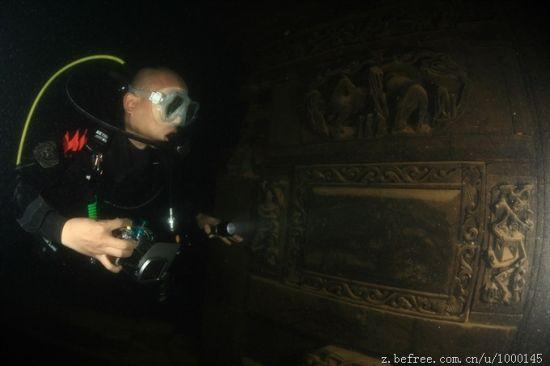 潜水员在进行拍摄