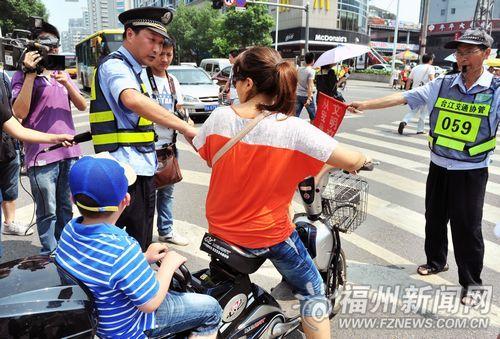 带孩子骑车的家长被罚