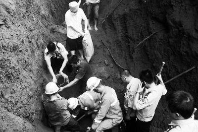 救援人员刨土营救被埋施工人员