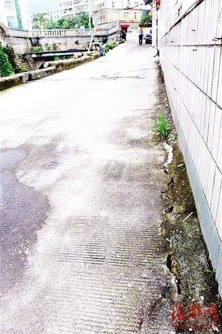 护堤畔的路面略微下沉,还出现了裂缝