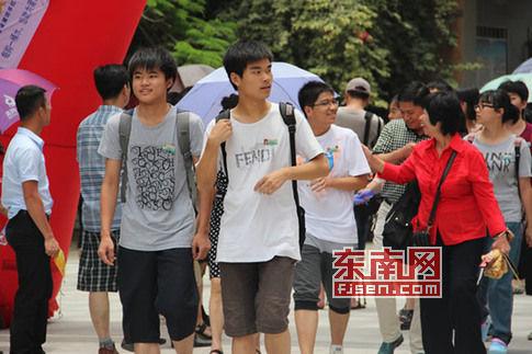 许多走出考场的考生脸上的表情显得轻松自信