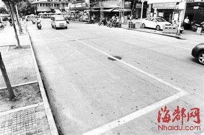 古城路上施划了黄色标志的摊位