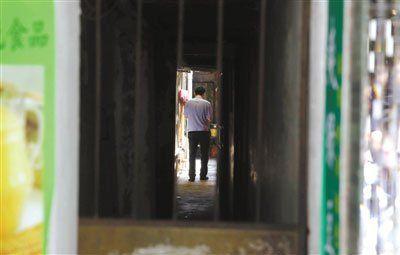 昨天,犯罪嫌疑人陈水总家,厦门市思明区局口街24号,警方在现场调查。 新京报记者 郭铁流 摄