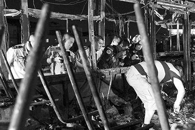 8日凌晨,工作人员在现场勘查取证。经公安机关缜密侦查,7日发生在厦门的公交车纵火致多人死伤案件告破。疑犯陈水总被当场烧死。新华社发