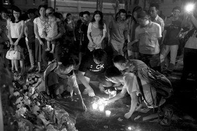 昨晚9时左右,不少厦门市民来到事发地点桥下,自发献花,悼念遇难者。新京报记者 郭铁流 摄