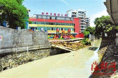 幼儿园靠河沟的围墙约有15米倒塌