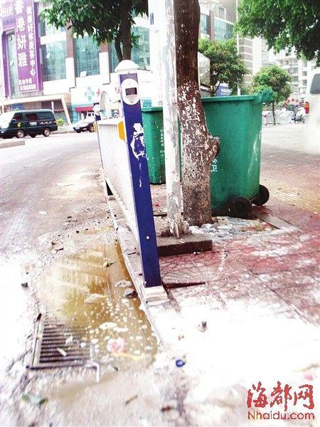 垃圾桶旁污水横流,令人作呕